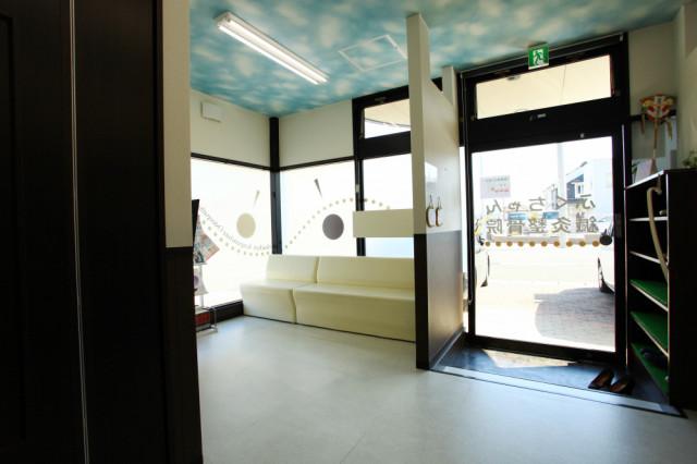 施術室からみた玄関と待合室